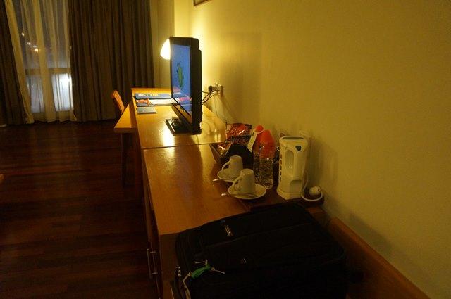 TV layar lebar dan meja kerja kamar standard!