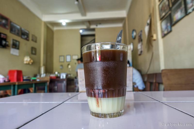 Tak bisa melewatkan ngopi di Warung Kopi Ake kalau ke Belitung!