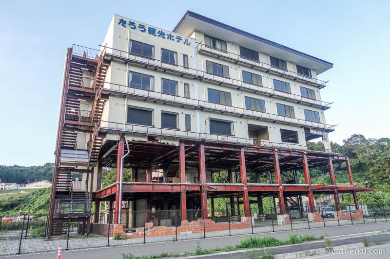 Taro Kanko hotel ini masih berdiri meski diterjang tsunami 2011, namun dua lantainya hancur tak bersisa