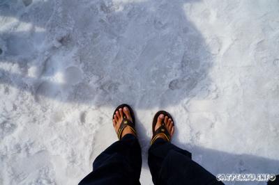 Jangan dicoba! *dont try this on icy weather* Memakai sendal jepit di pegunungan es! Cukup saya saja! Adem banget!