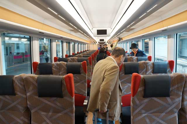 Tempat duduk Rapid Resort Shirakami Aoike terkesan mewah! Kereta eksekutif Indonesia aja enggak ada apa - apanya