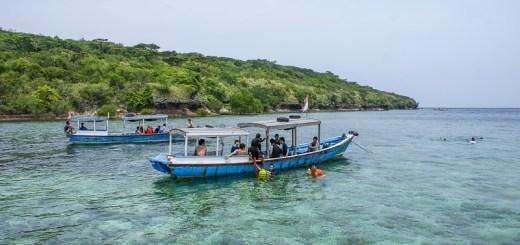 Tempat snorkeling ini cukup dangkal, namun lebih aman jika menggunakan pelampung ketika snorkeling
