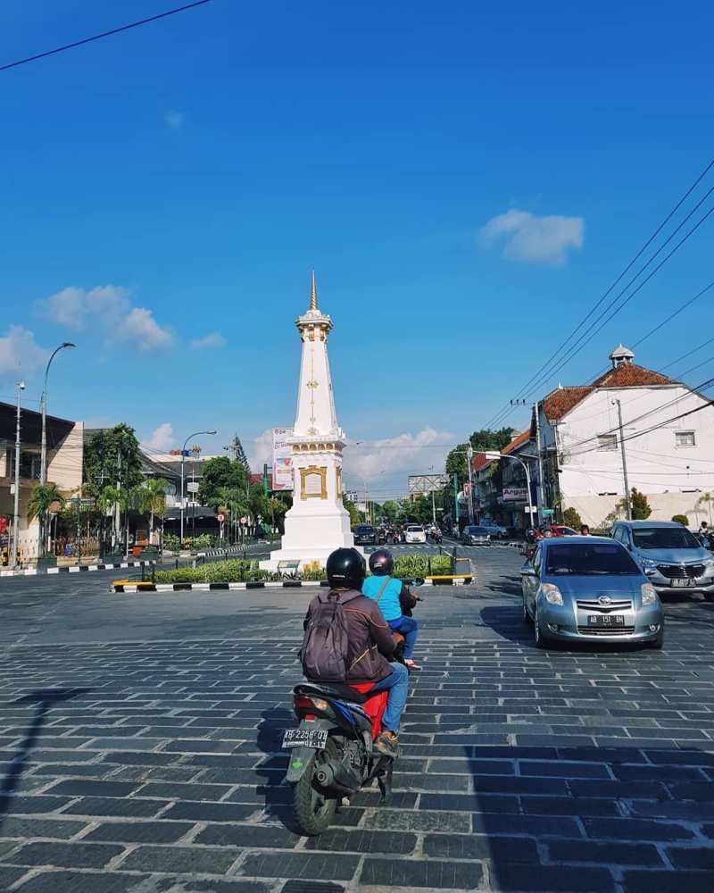 Tempat wisata Jogja dekat Malioboro yang nggak bisa kamu lewatkan adalah Tugu Jogja!