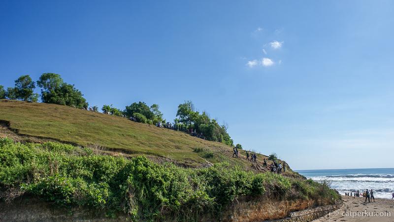 Terdapat bukit yang bisa dinaiki di dekat pantai