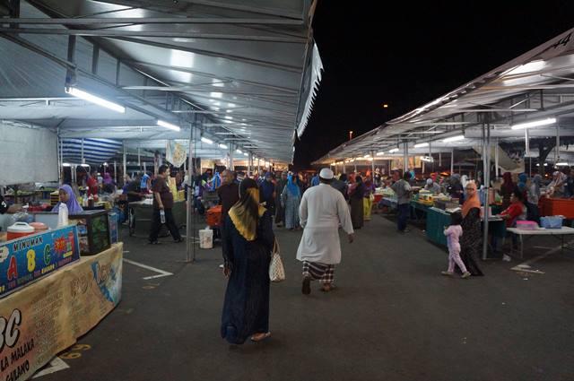 Tetapi sebelum pulang ke rumah, mereka biasa belanja makanan di Pasar Malam Gadong. Ada banyak makanan enak bisa dibeli disini deh :D