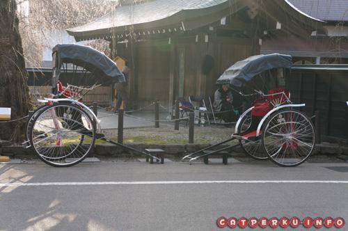 Saya enggak tau namanya, tetapi kendaraan yang mirip becak ini adalah moda transportasi yang banyak digunakan orang kaya ketika zaman samurai di Jepang.
