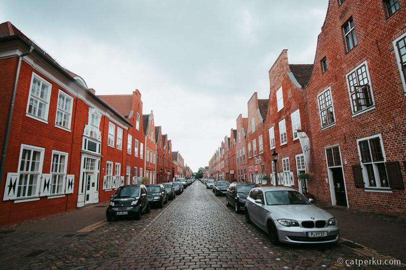 Disini terdapat seratusan lebih rumah terbuat dari batu-bata merah, dibangun pada tahun 1733-1740.