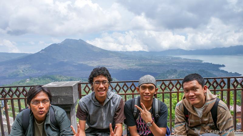 Titik Panelokan Kitamani pada siang hari dengan latar belakangnya gunung yang baru saja kami naiki.