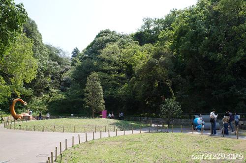 Enggak tanggung - tanggung! taman bermain Museum Fujiko F Fujio ini lumayan luas juga. Asik untuk berkeliling sambil berburu peralatan yang tercecer dari kantong ajaib Doraemon.