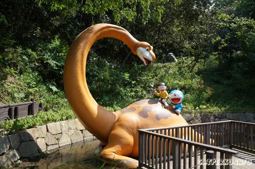 Wah! Kaget! Ada dinosaurus peliharaannya si Nobita disini!! Tahu kan? Yang namanya Piisuke itu loh :D Enak banget mereka bisa naek yak! Nobitaa... Doraemooon... ikutan dong :p