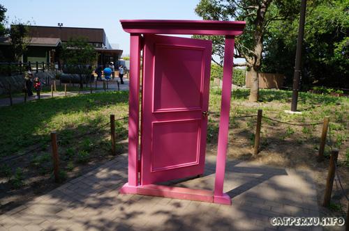 Udah pada tau kan? Kalau namanya pintu kemana saja (dokodemo door), kalau boleh pengennya dibawa pulang nih pintu, lumayan gak perlu kena macet lagi di jalan :D