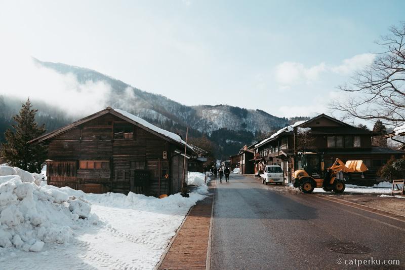Traktor-traktor besar seperti di foto ini biasa digunakan untuk membersihkan salju.