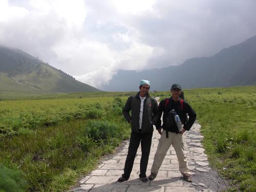 Setelah Tumpang, trekkingnya bakal ngelewati padang savana seperti ini. Namanya Bukit Teletubies.