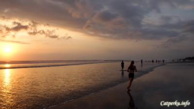 Kontur Seminyak Beach lebih datar, jadi terlihat seperti lapangan bola yang ber air.