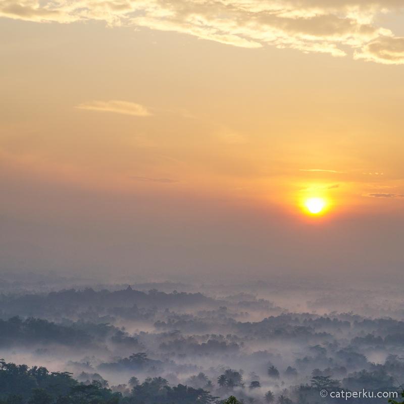 Untuk melihat pemandangan seperti ini di Punthuk Setumbu, perlu sedikit perjuangan