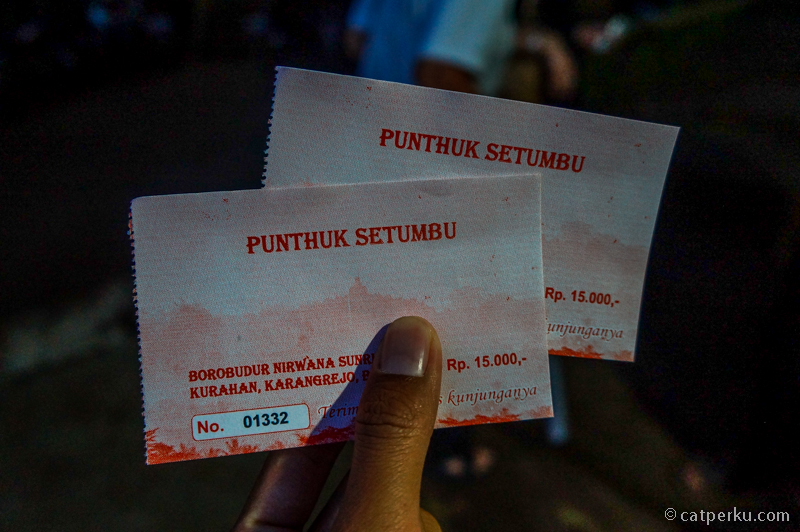 Untuk wisatawan lokal seperti kami harga tiket masuk Punthuk Setumbu adalah IDR 15.000 per orang