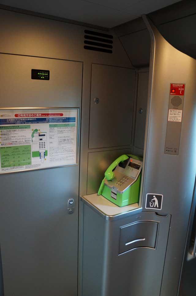 Yang paling mengejutkan, ada telepon umum di dalam Shinkansen! :O