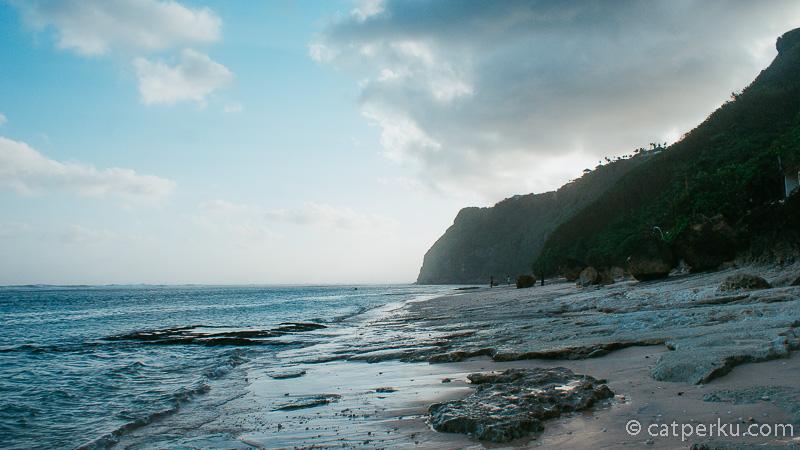 """Yang seperti ini... Boleh saya sebut hidden beach? Meskipun kalau sudah muncul di <a href=""""https://catperku.com/travel-vlogger-indonesia/"""">travel blog indonesia</a> saya, pasti deh jadi rame :D"""