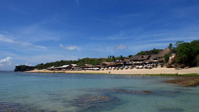 Alternatif tempat surfing ya di Pantai Balangan! Makanya pantai ini masuk ke salah satu destinasi Asik Bali untuk dikunjungi!