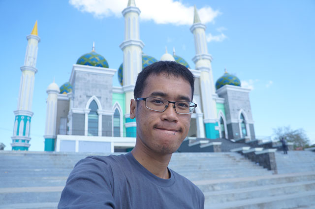 Belum lengkap kalau tidak berpose di depan Masjid Agung Kota Pare Pare.