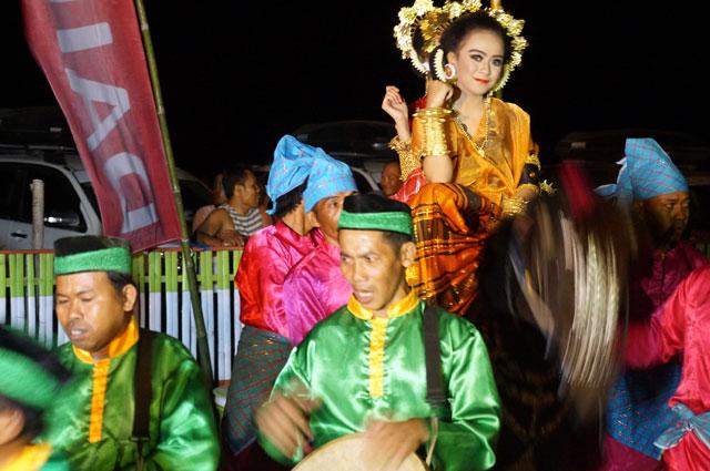 Biasanya arak - arakan anak yang khatam Alquran, tapi kali ini yang duduk diatas kuda  dua orang gadis cantik.