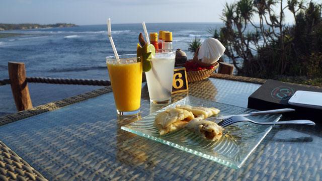 Di cafe pandan kami memesan pancake, jus dan es jeruk. Karena perut masih kenyang sih :|