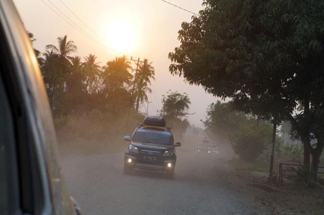 Jalanan berdebu, berkelok hingga tanpa aspal banyak ditemui di jalur Trans-Sulawesi.