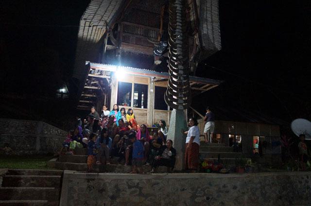 Kebersamaan keluarga Toraja yang tinggal di dalam Tongkonan.