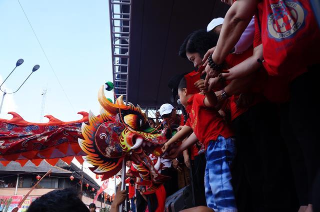Naga yang sedang diberi angpao di acara Grebeg Sudiro :D