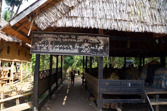 Pintu gerbang masuk ke area kekuasaan Suku Kajang.