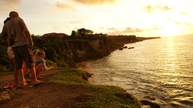 Prewedding experience dan sunset menawan bisa didapatkan di Pantai Tegalwangi