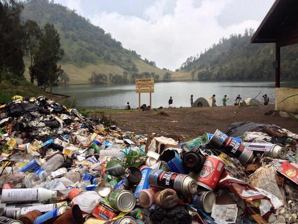 Gunung bukan tempat sampah! Bawa turun sendiri sampahmu! Kecuali kamu manusia yang tidak punya pendidikan!