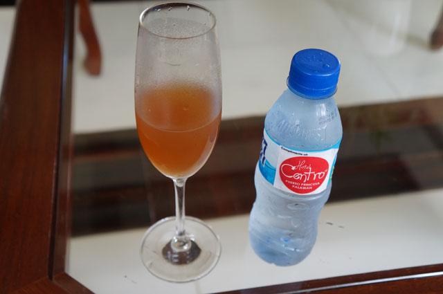 Segelas es lemon tea yang segar sebagai welcome drink dari Hotel Centro.