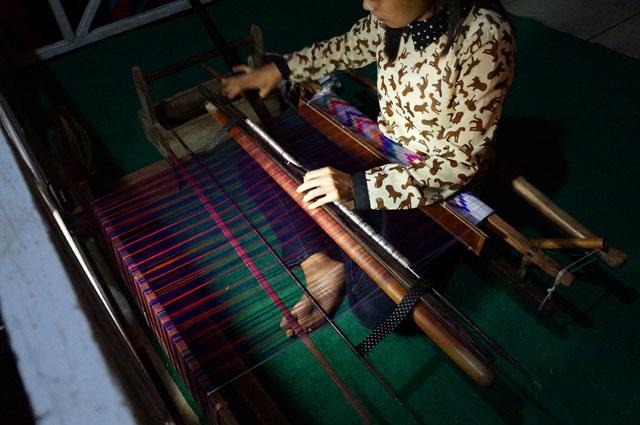 Seorang Zulmi sebagai generasi muda yang bersemangat meneruskan budaya tenun mandar.