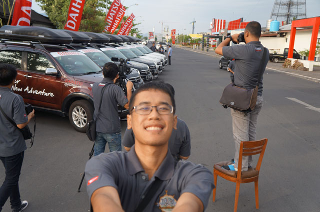 Sesaat menjelang pers conference Terios seven wonders di Kota Manado. Abaikan saya, lihat mobil yang berjejer di belakang saya.