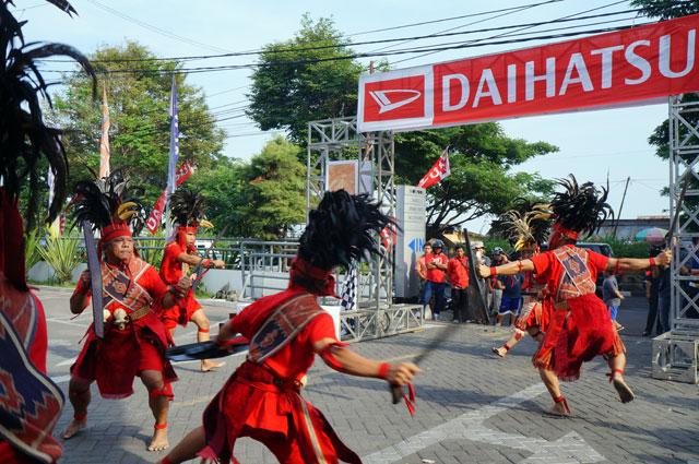 Tarian khas Sulawesi yang dipertunjukkan di detik - detik keberangkatan jelajah celebes heritage.