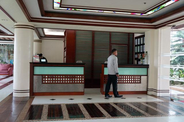 Tempat check in tepat di depan pintu masuk hotel.