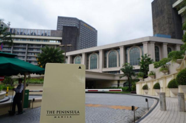 The Peninsula Hotel Manila, foto bagian depan dan kunci masuk kamar yang berupa smart card.
