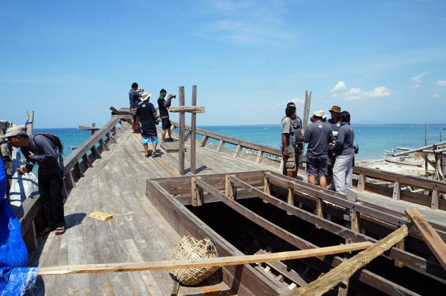Tim terios 7 wonders bersemangat untuk mempelajari Kapal Phinisi yang ada di desa Bira.