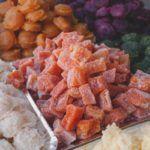 Foto em close mostrando doces juninos cristalizados