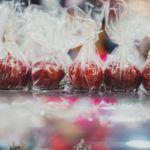 Foto mostrando cinco maçãs do amor