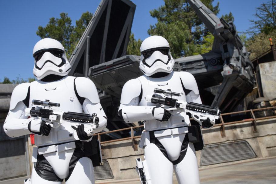 Stormtroopers fiscalizam distanciamento social em complexo da Disney
