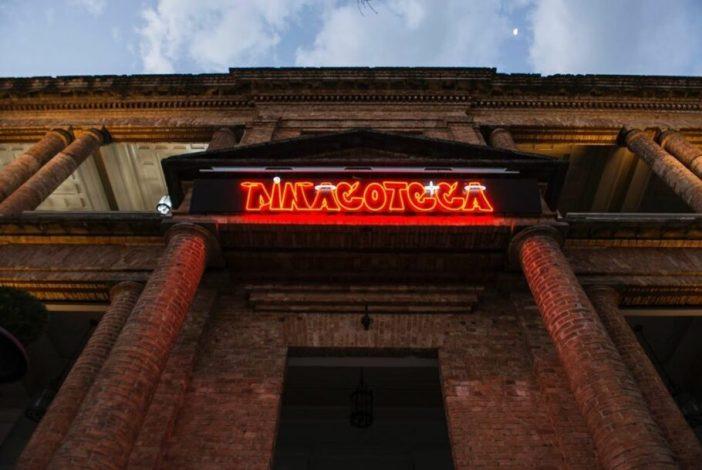 Com a abertura da exposição OSGEMEOS: Segredos, o letreiro do museu foi temporariamente substituído por uma versão em néon criado pela dupla de artistas