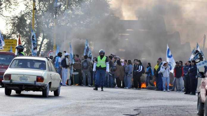 Autoconvocados de Neuquén cortan el puente carretero desde las 7 de la mañana
