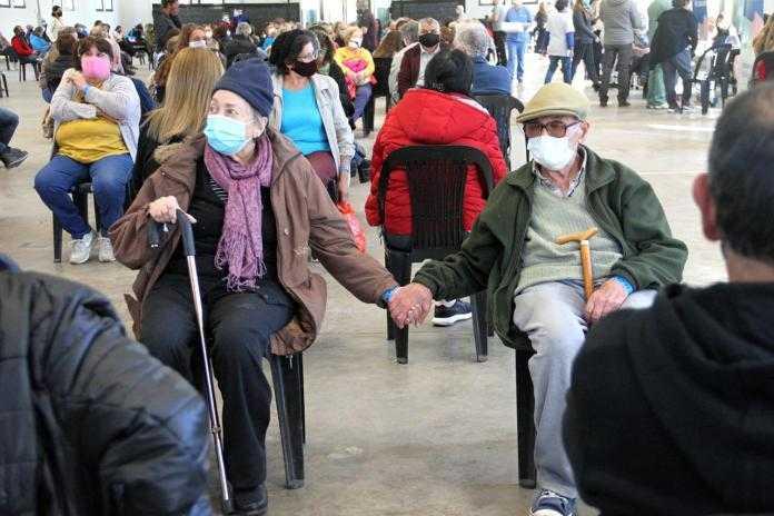 La foto de dos adultos mayores esperando la vacuna que emocionó al país