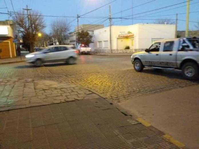 La prioridad de paso se pierde al ingresar a una calle asfaltada desde una de ripio