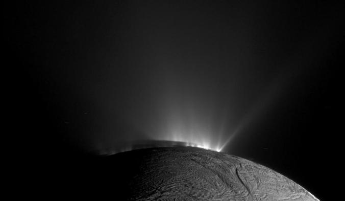 Géiseres fotografiados por la sonda Cassini.