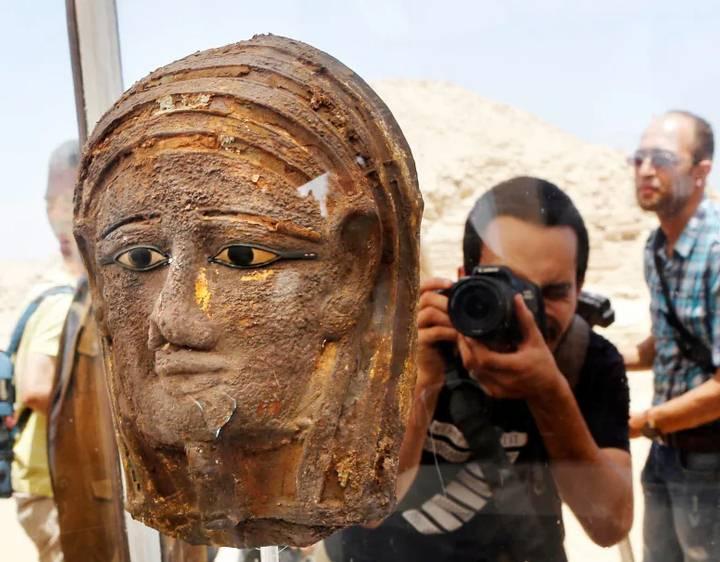 La máscara fotografiada durante la conferencia de prensa que se llevó a cabo el sábado para anunciar el descubrimiento.