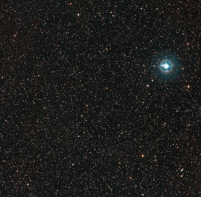 Esta imagen muestra el cielo alrededor de la tenue enana naranja PDS 70 (en el centro de la imagen). El punto azul brillante a la derecha es χ Centauri.
