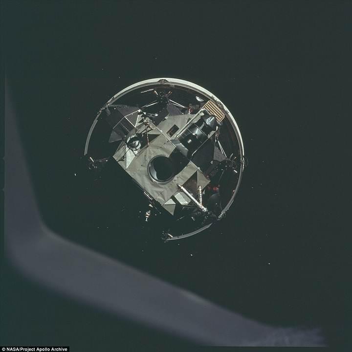 Más allá de la brillante superficie lunar las estrellas se dejan ver a la cámara.